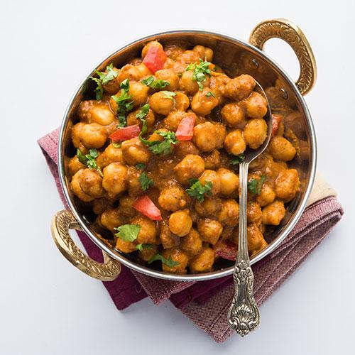 רוטב הודי מסורתי מוכן להכנת תבשיל צ'אנה מסאלה. להשיג בחנויות מהרג'ה.